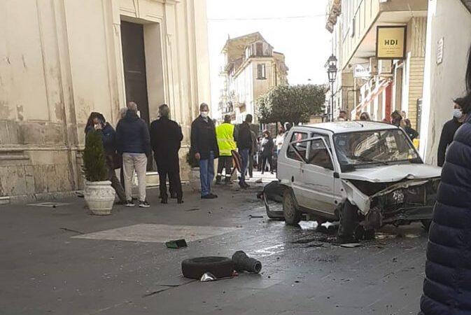 """Auto """"impazzita"""" in pieno centro a Cassano, travolto anziano: è in gravi condizioni"""