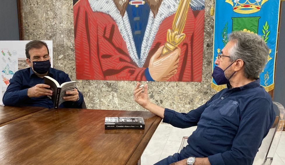 Lo scrittore e giornalista Rino Amato illustra al Sindaco Occhiuto il suo nuovo libro