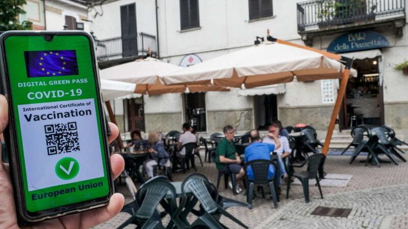 Covid, dal 6 agosto Green Pass per bar e ristoranti al chiuso. Regioni in zona arancione con le terapie intensive al 20%, in rosso al 30%